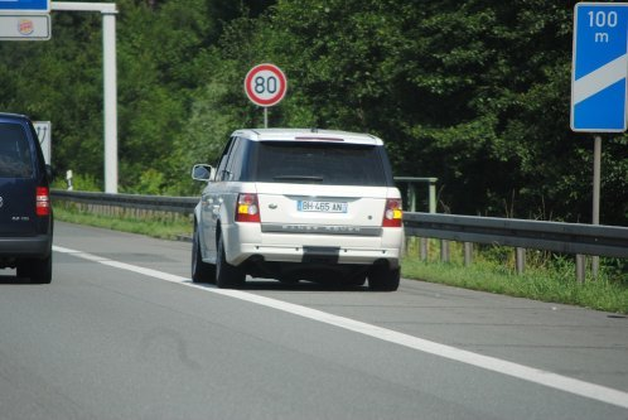 liegengebliebenes Fahrzeug auf dem Seitenstreifen mit Pannenblinker für Autopannen im Stau